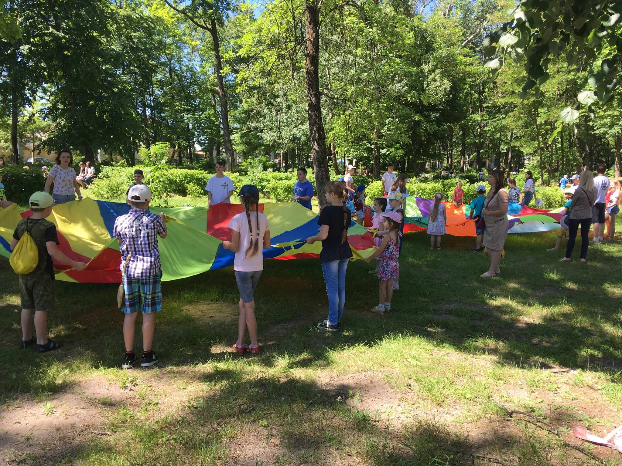В первый день лета более 100 детей и родителей познакомились с ярким парашютом!