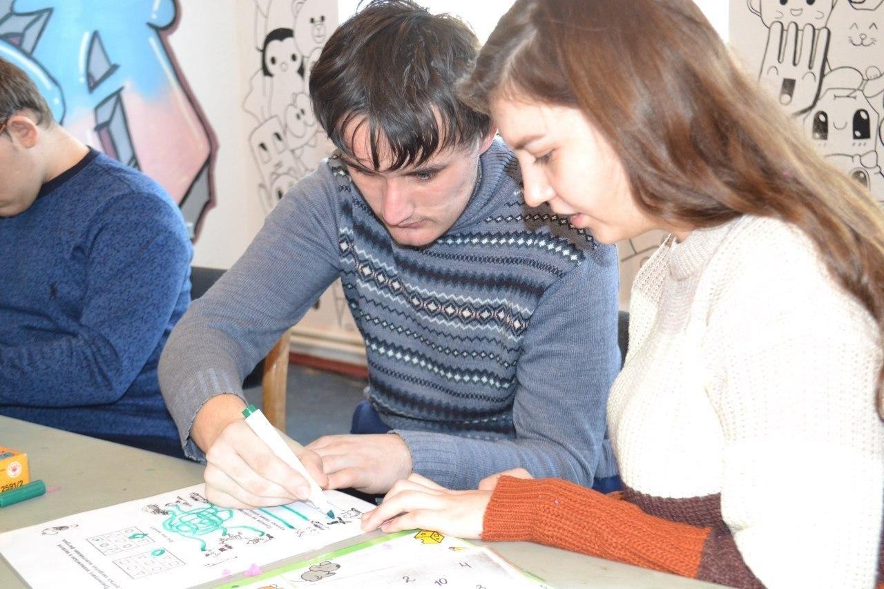 Работаем вместе: совместные занятия волонтеров с ребятами, имеющими ограниченные возможности.