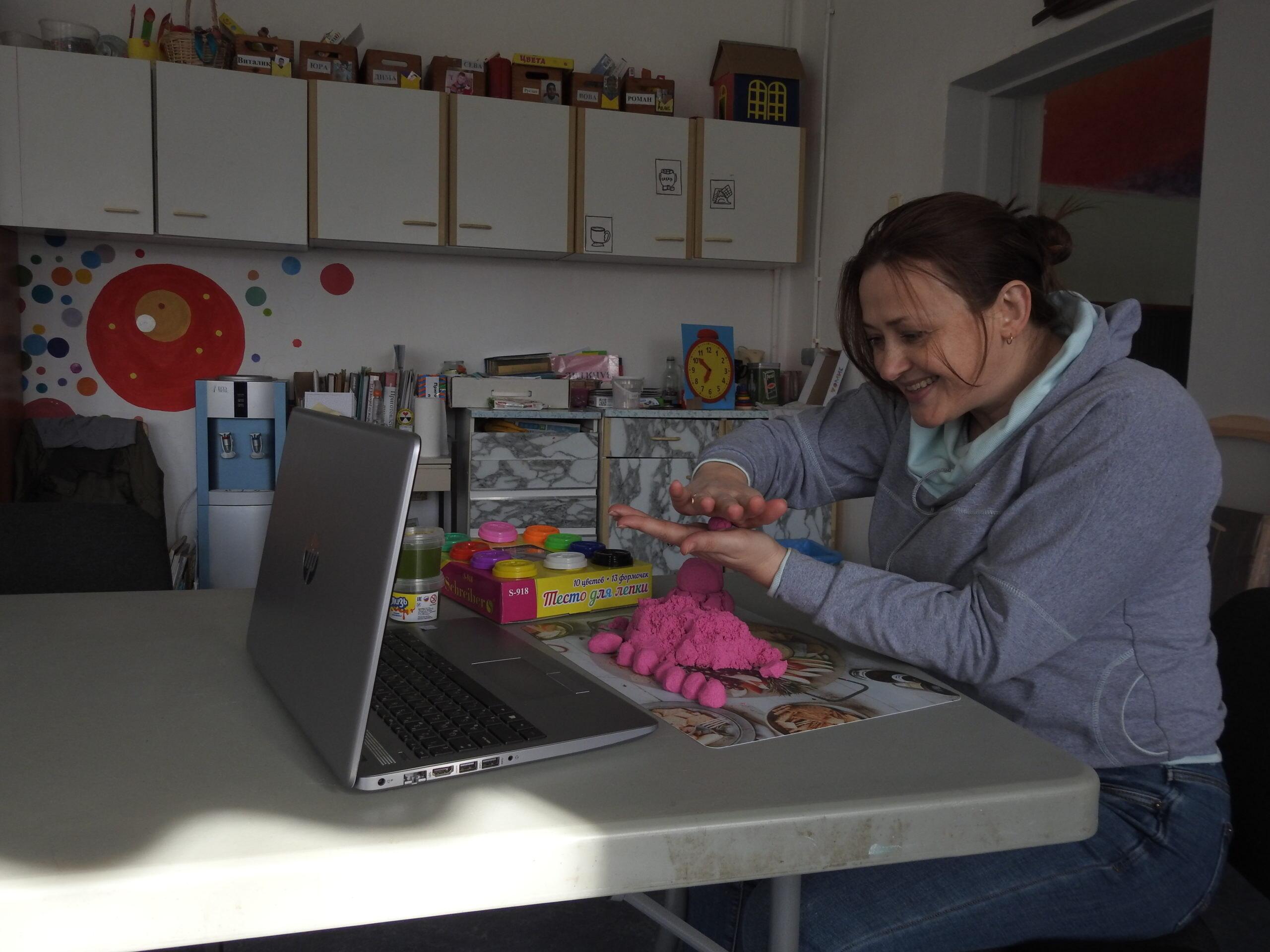 Занятия в Социально-реабилитационном центре «Радимичи»  продолжаются в онлайн формате.