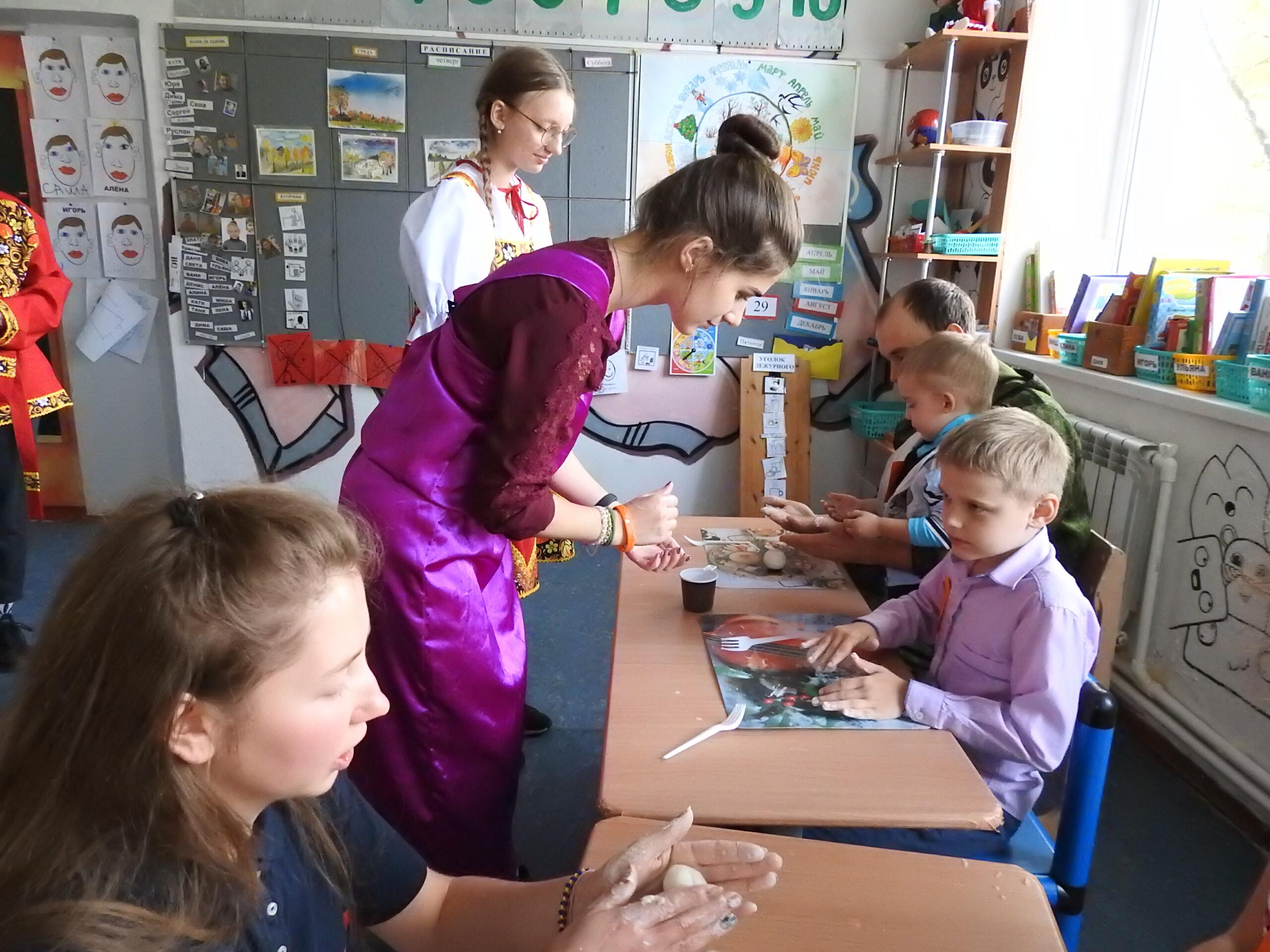 В один из последних дней сентября дети с ОВЗ и их друзья попали в сказочный «Город мастеров».