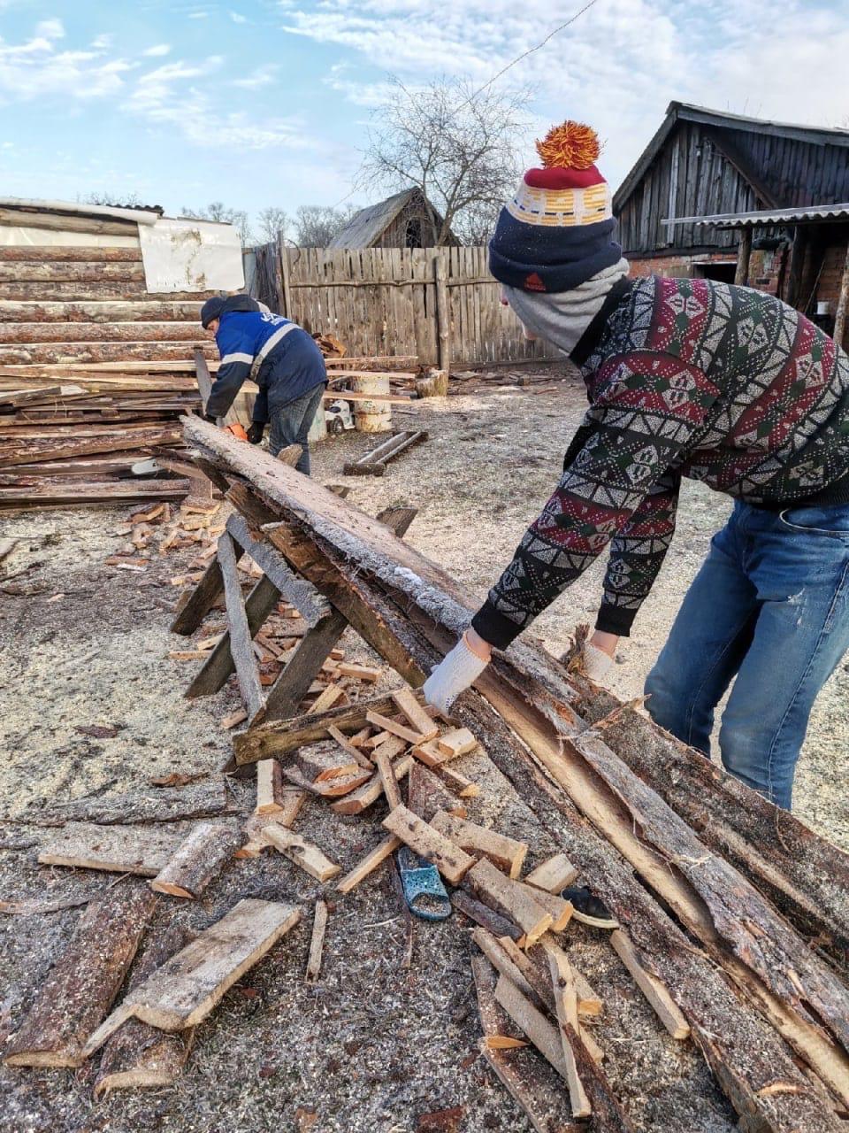 «Без работы и печь холодна»: волонтеры-радимичи помогают заготовить дрова на зиму сельским жителям Новозыбковского района
